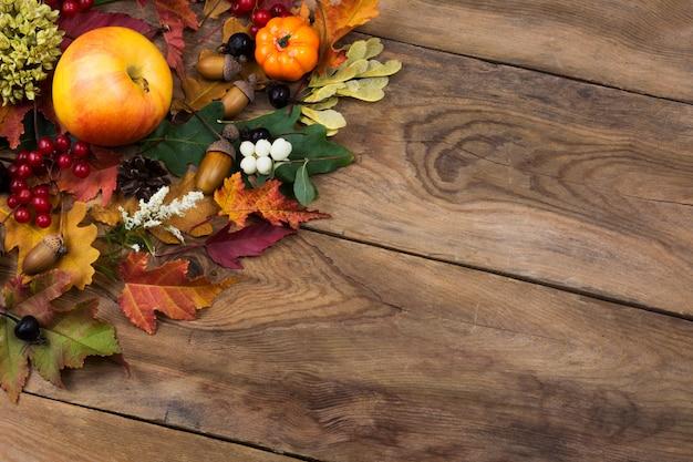 Upadek rustykalne pozdrowienia z liści, jabłek i jagód, miejsce