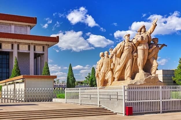Upamiętniająca pomniki robotników walczących w rewolucji w chinach, znajdujące się w pobliżu mauzoleum mao zedonga w pekinie. chiny.