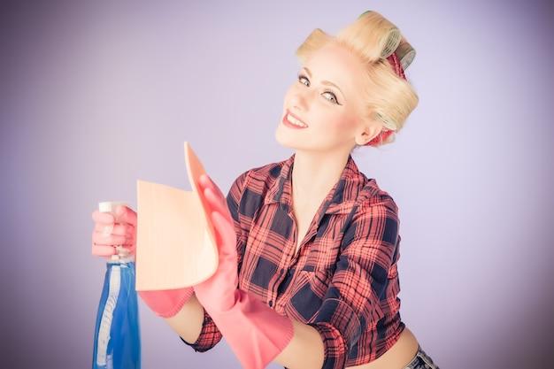 Upiąć dziewczyna rocznika. piękna kobieta w stylu pinup portret w retro sukienka i czyszczenie conecpt