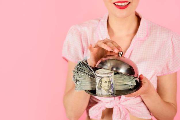 Upiąć dziewczynę z banknotami dolarowymi zbliżenie portret kobiety z banknotami dolarowymi na tacy do serwowania
