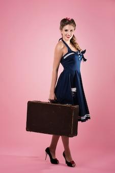 Upiąć kobieta z walizką na białym tle