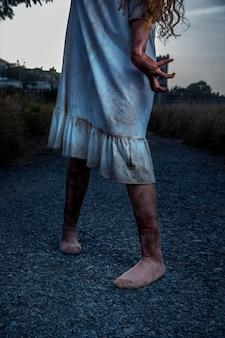 Upiorna kobieta zombie na zewnątrz