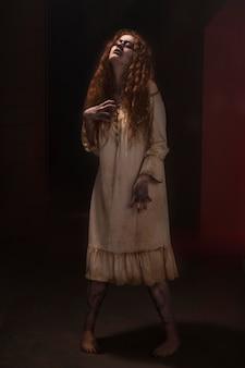 Upiorna ruda kobieta zombie w sukience