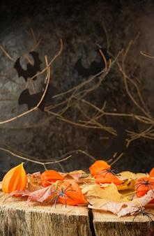 Upiorne ciemne tło halloween z jesiennymi liśćmi i pająkami. ciemne tło horroru.