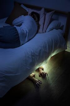 Upiorne ręce zombie pod łóżkiem