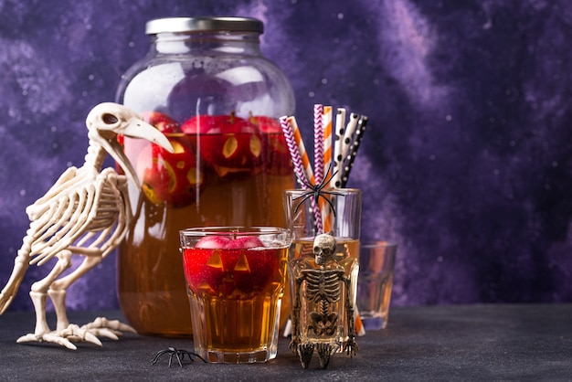 Upiorny halloweenowy napój jesienny cydr jabłkowy lub lemoniada