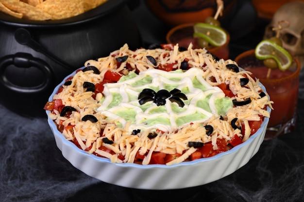Upiorny halloweenowy siedmiowarstwowy dip taco zamień klasyczną przekąskę w ulubioną przekąskę na halloween za pomocą tylko