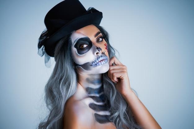 Upiorny portret kobiety w halloweenowym gotyckim makijażu
