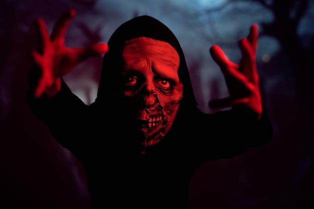 Upiorny potwór w czerwonym neonowym świetle