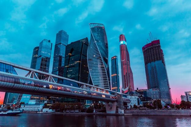 Upływ czasu miejskiego nocy centrum biznesowego centrum miasta moskwa z wysokimi budynkami. gród oświetlonego miasta.