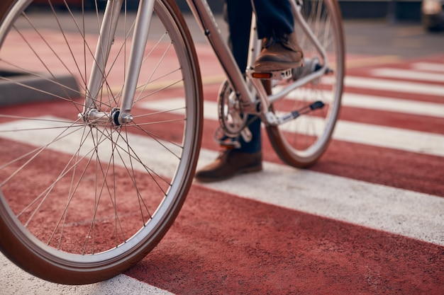 Upraw człowiek jedzie na rowerze na ulicy dla pieszych