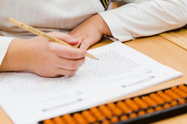 Upraw dzieci wykonujących ćwiczenia podczas lekcji