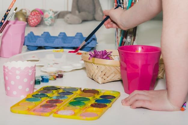 Upraw dziecko biorąc farby do jaj