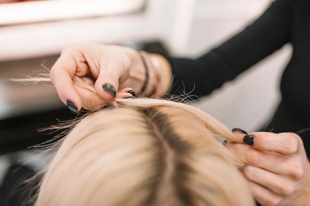Upraw fryzjer pracy z włosami