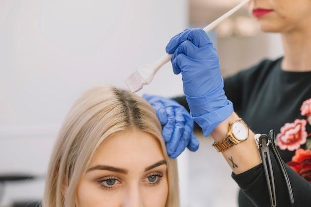 Upraw fryzjerski stosujący farbowanie włosów