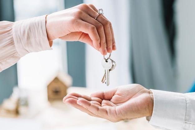 Upraw kobieta daje klucze do człowieka