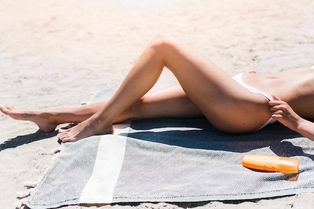 Upraw kobieta dostosowujące majtki strój kąpielowy