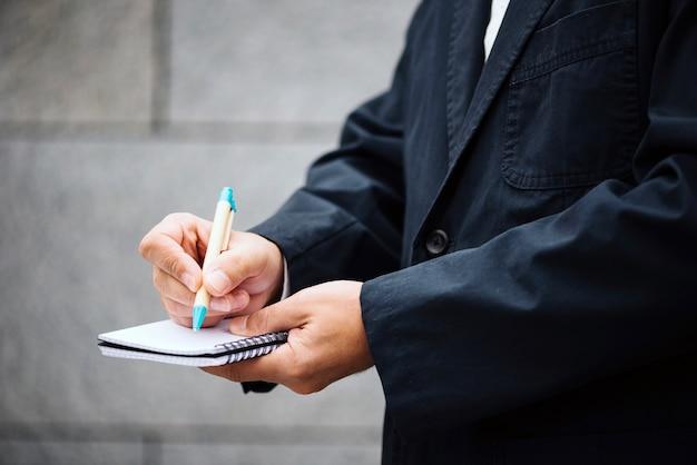 Upraw mężczyzna pisania w notesie