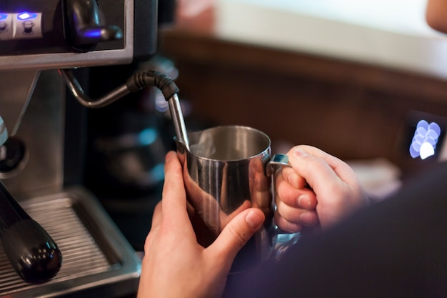 Upraw mężczyzna robi pianie dla kawy