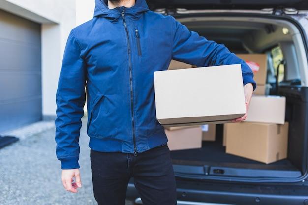 Upraw mężczyzna trzymający bo dla dostawy