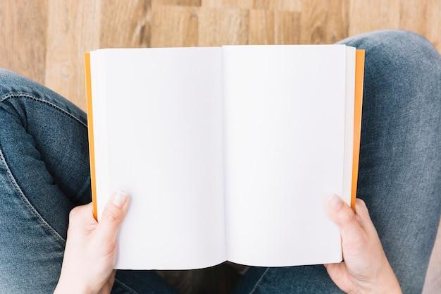 Upraw osoby czytającej na podłodze