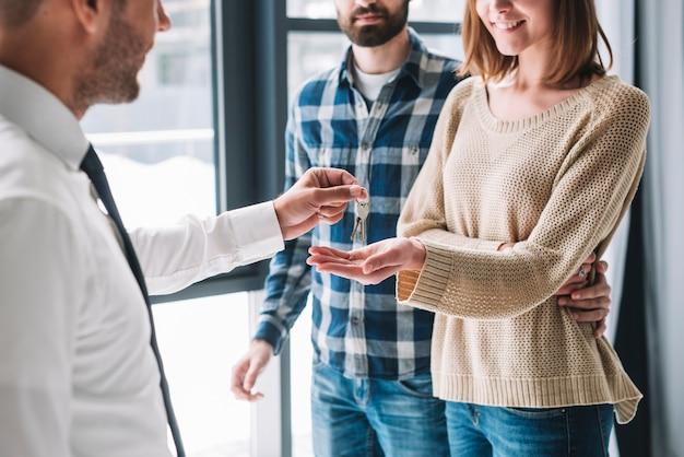 Upraw pary bierze klucze od agenta nieruchomości