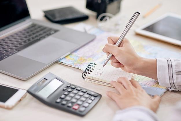 Upraw pracownik pisze w notatniku