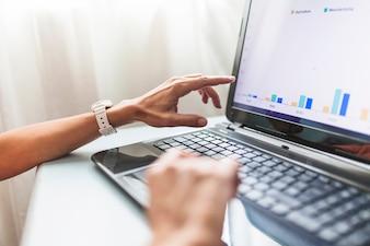 Upraw ręki używać laptop w biurze
