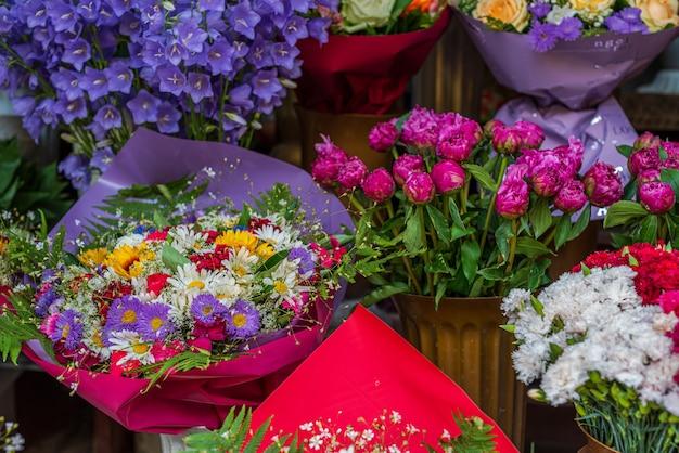 Upraw widok ulicy sprzedaż kwiatów. biznes florystyczny. układ bukietów.