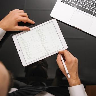 Uprawa człowieka przy użyciu urządzenia typu tablet i ołówek