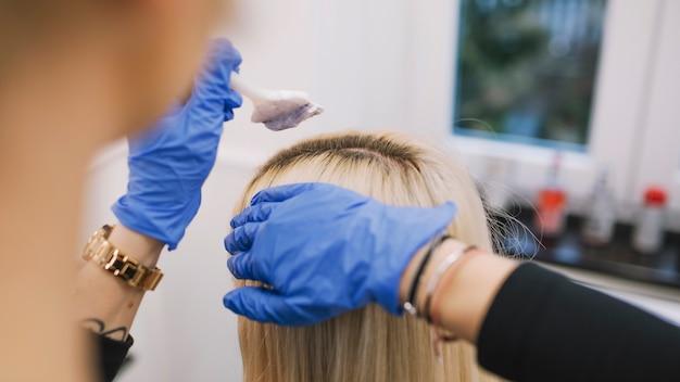 Uprawa fryzjer stosuje kolorant