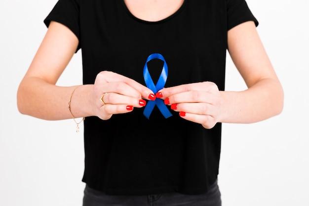 Uprawa kobieta pokazuje błękitnego faborek
