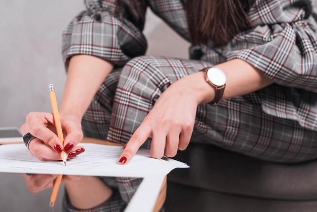 Uprawa kobiety wypełniającej dokument