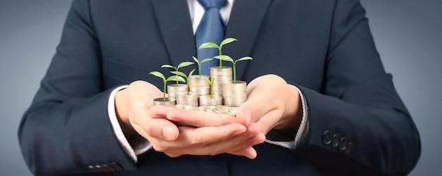 Uprawa monet w ręku. finanse koncepcje inwestycyjne