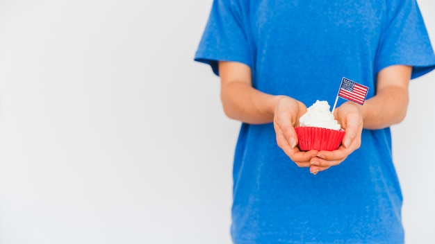 Uprawa osoby z ciastem w rękach