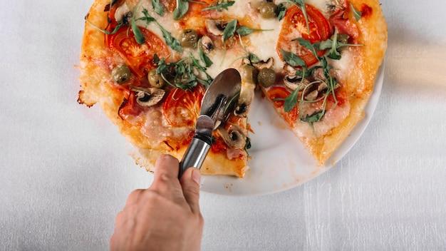 Uprawa ręcznie cięcia pizzy