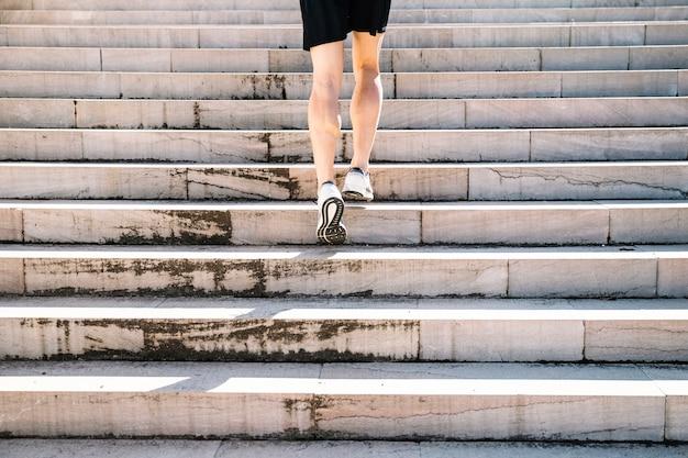 Uprawa sportowy człowiek chodzenie na górze