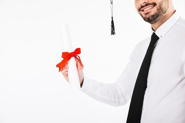 Uprawa uśmiechnięty mężczyzna z dyplomem
