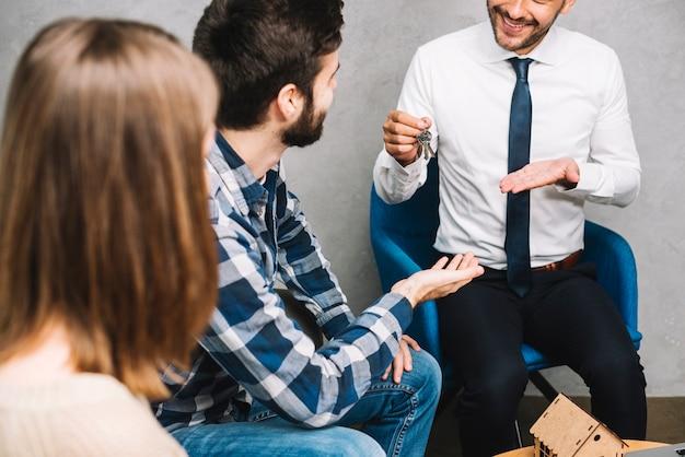 Uprawiać agenta nieruchomości daje klucze klientom
