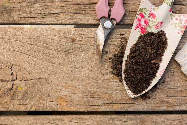 Uprawiać ogródek narzędzie przygotowania na drewnianym tle z kopii przestrzenią