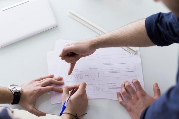 Uprawiaj kolegów omawiających papiery