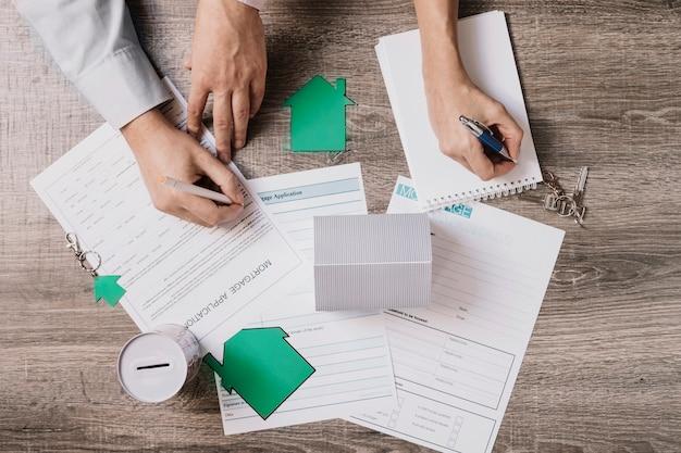 Uprawiaj ludzi wypełniających wniosek o kredyt hipoteczny