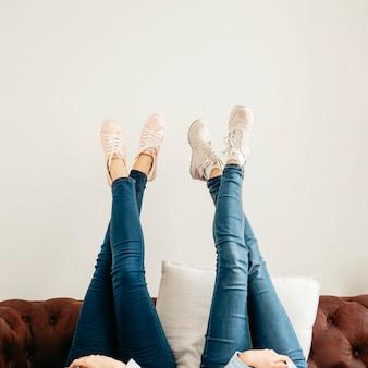 Uprawy kobiet leżących z nogami w górę