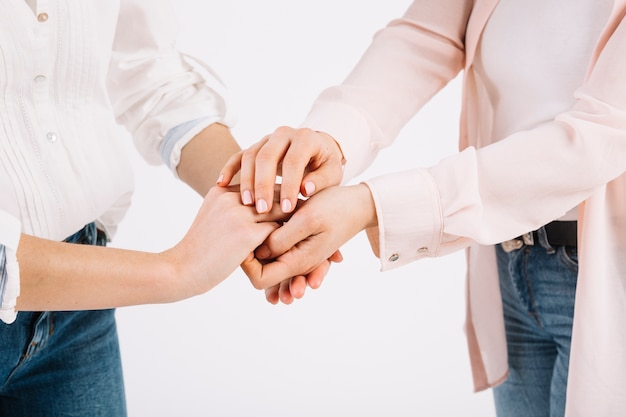 Uprawy kobiet trzymając się za ręce