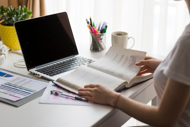 Uprawy kobiety czytelnicza książka w biurze
