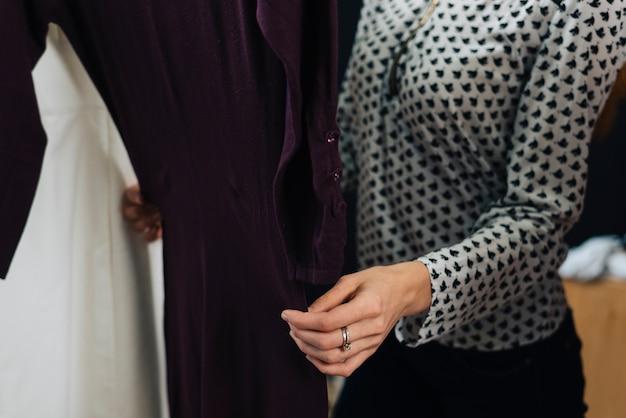 Uprawy kobiety macania sukienka w sklepie