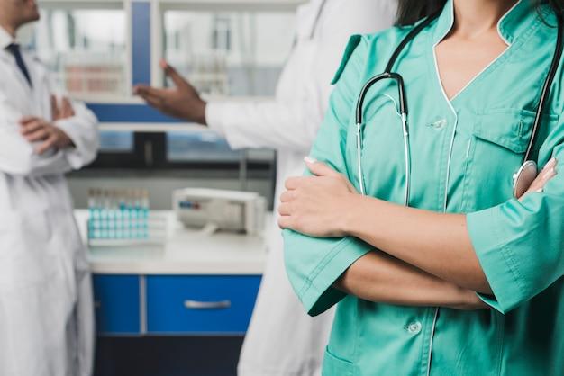 Uprawy kobiety student medycyny w szpitalu