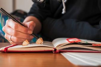Uprawy kobiety writing w notepad
