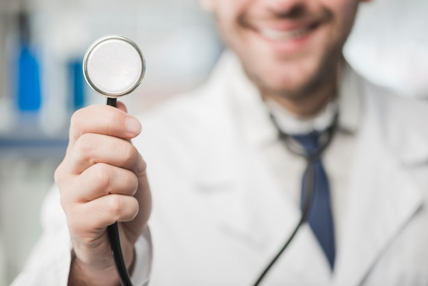 Uprawy lekarki mężczyzna przesłuchanie z stetoskopem