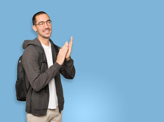 Uprzejmy gest oklasków dla ucznia